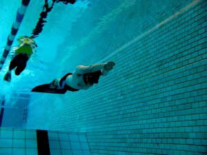 fridykning i pool med monofinne