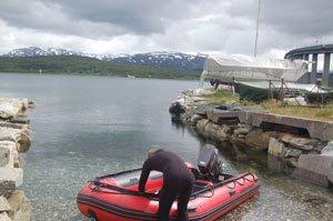 Undervandsjaeger klargoer baaden, paa vej ud at uvjage helleflyndere i Tromsoe