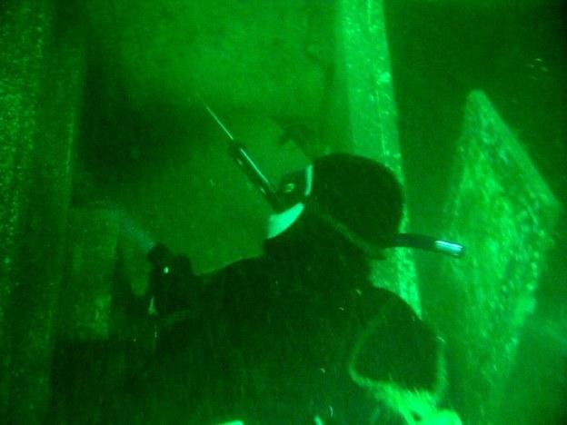 Det er vigtigt at medbringe en lygte så man kan oplyse huler og sprækker e1421540175931 - Fridykning og undervandsjagt på vrag