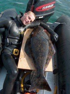 Johan Nielsen med 20kg Helleflynder 225x300 - Undervandsjagt i udlandet. Hvad er farligt? 2/2 Uvpodcast 006