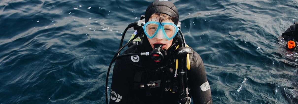 scuba diver 3098932 scaled e1585749269432 1210x423 - Dykkerudstyr