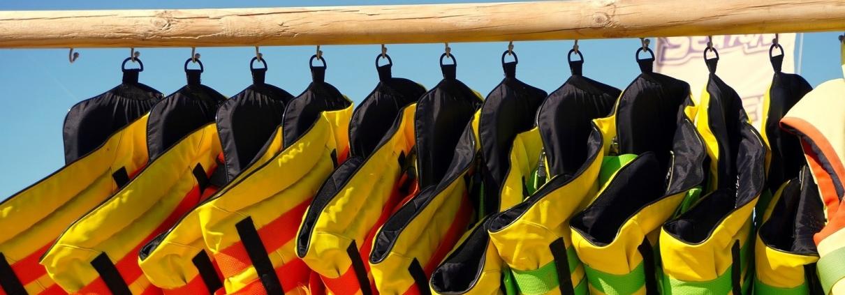 life jackets 4464035 1920 e1604392997415 1210x423 - Redningsvest